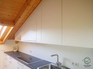 Küchenhängeschrank in Dachschräge angepasst, Küchen Oberschrank als Dachschrägenschrank