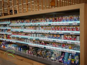 Verkaufstheke für Zigaretten in Eiche-Dekor beleuchteten Glas-Fachböden, Infotheke, Ladeneinrichtung in Eiche-Dekor, Ladenau Infotheke, Objekteinrichtung Ladenbau, Verkaufstheke, Ladeneinrichtung Infotheke in Eiche-Dekor, Thekenbau, Empfangstheke