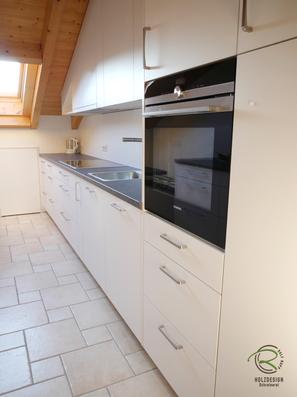 Vorratsschrank & Backofenschrank für Küche Dachschräge, Küche mit Dachschräge weiß, Küchenhängeschrank in Dachschräge angepasst, Küchen Oberschrank als Dachschrägenschrank