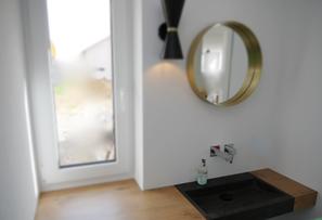 Maßgefertigte Waschtischplatte in Eichedekor mit flächenbündigem Waschbecken