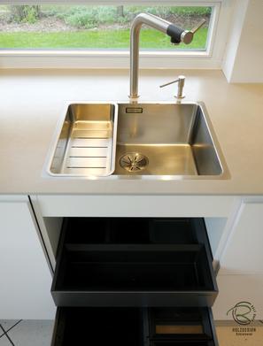 grifflsoe, weiß matte Design Küche mit Multifunktionsschale für flächenbündiges Spülbecken, Spülmittelspender & Blanco Armatur Vonda u. Mülltrennsystem mit Organisationsschublade von Blanco