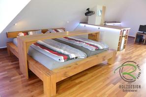 Einbauschrank in Dachschräge mit Balkenbett u. Frühstückstheke in Eiche u. weiß