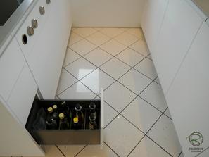 Auszug für Essig Öl in grifflose, weiße Design Küche mit oriongrauen Schubladen von Blum Legrabox mit Halbkochinsel 12 mm Keramik Arbeitsplatte