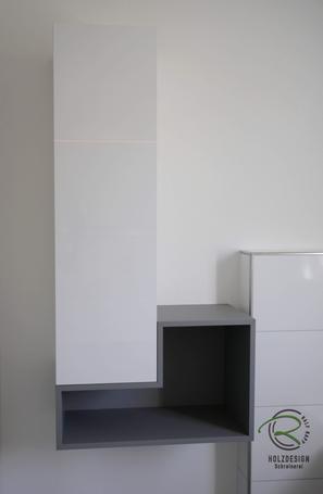 Badmöbel nach Maß in weiß Hochglanz & grau matt mit offenem Regal & geschlossenem Bad-Hochschrank für Stauraum im Bad