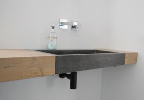 Waschtischplatte in Eiche-Dekor mit Naturstein Waschtisch Bluestone matt flächenbündig verbaut
