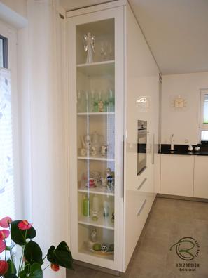 Raumhohe Hochschrankzeile für Wohnküche, weiße, offene Hochglanz Wohnküche mit Granit Arbeitsplatte Nero Assoluto poliert mit kleiner Kochinsel u. Sitzplatz, raumhoher Hochschrankzeile mit Glasvitrinen als Küchenabschluss