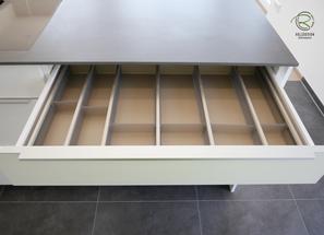 Kücheninsel weiß mit flexiblen Besteckeinsatz in Schubalde,Kücheninsel in weiß mit Keramik-Neolith Arbeitsplatte mit Highboard für Kühl-Gefirrschrank u. Backofen mit brauner, indirekt beleuchteter Nischenrückwand u. Aluminium Griffleiste auf der Front u.