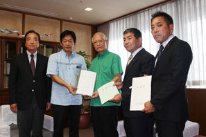 要請書を手渡す中山市長(左2人目)と受ける浦崎副知事(中央)=先月30日、県庁