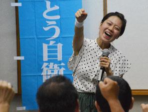 「ありがとう自衛隊キャラバンin石垣」で山口さんが自衛隊応援ソングを披露した=24日、大濱信泉記念館