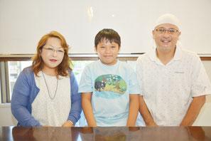 親子新聞記者に当選した徳誠司さん(右)と琉歌(るか)君と母親の小百合さん=24日午前、平得にある徳さんの学習塾で