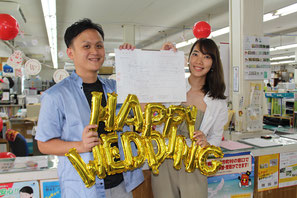 竹富町役場に婚姻届を提出した葉權賜(イェ・チュエンスー)さんと高那華海さん=10日、竹富町役場