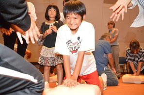 心肺蘇生方法を学んだ﨑山瑠子さん=9日、石垣市民会館中ホール
