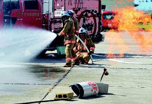 LPガス漏出にともなう火災を消火する市消防=21日、石垣市消防本部