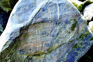ゲータ川の岩に書かれた落書きの一部。約3カ所で見つかった(提供写真)