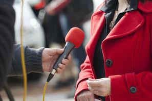 Interview mit Frau: Journalisten holen schnell Reaktionen ein