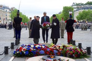 8 mai 2015, John Kerry à l'Arc de Triomphe