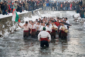 Danse du horo dans l'eau glacée, Bulgarie