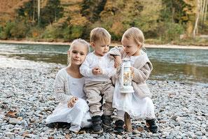 3 kinder an der Aare, ganz in weiss
