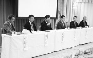 パネルディスカッションの左からコーディネーターの 林 氏とパネラーの 幡 野、矢 野、小 浦、伊 藤 各氏と 鵜 飼 先生