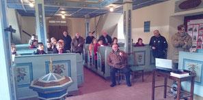 Die Reisegruppe beim Anschauen des Filmes zur Sanierung der Orgel