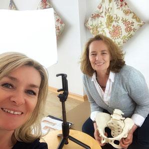 Ein Blick hinter die Kulissen: Daniela und ich beim Filmen der Onlinekurse Geburtsvorbereitung und Das Wochenbett