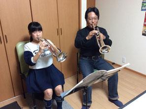 うすだ音楽教室でトランペットレッスンを受ける小学生
