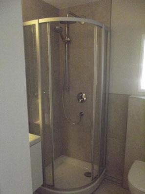 Ein sehr enges Badezimmer vor der Renovierung