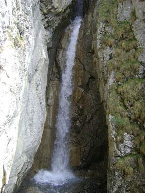 Einer der vielen Wasserfälle der Burgfälle