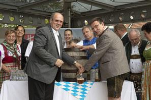 Bieranstich in Mistelbach: Alfred Pohl assistiert von Helmut Jawurek und Goswin Diepenseifen.  Foto von Josef Schimmer, Mistelbach
