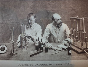 Photo ancienne d'un laboratoire d'analyse oenologique