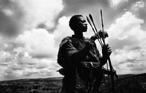 Un hombre ogiek prepara su arco y flechas. / © Yoshi Shimizu. Survival