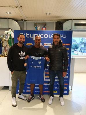Neuzugang Ygor Carvalho Viera (Mitte) mit Cheftrainer Rifat Sen (links) und Co-Trainer Murat Coskun (rechts)