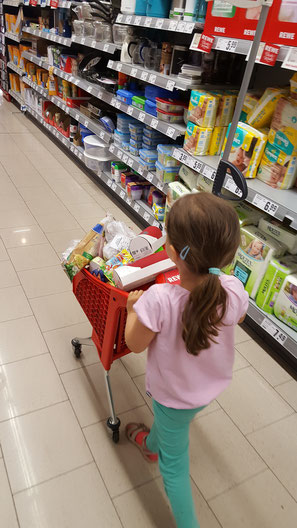 Unsere Kleine mit ihrem Einkaufswagen im Rewe