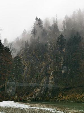 Mystisch im Nebel: Die Felsen der Entenlochklamm