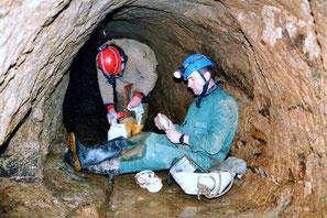 Bei der Vermessung im Wasserstollen. - Bild:Verein Höhlen- und Karstforschung Dresden e. V