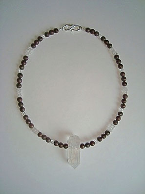 Umgestaltung einer Jaspis Halskette durch Einarbeitung einer Bergkristall Spitze und Bergkristall Perlen