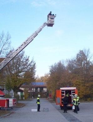Einsatzfahrzeug und Helfer aus der Vogelperspektive, von der Drehleiter der Feuerwehr Haar aus gefilmt
