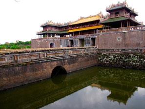 imposant die Aussenfassade mit der mächtigen Ring-Mauer