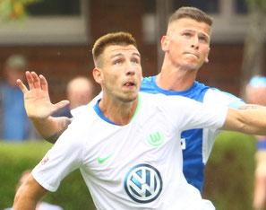 Wolfsburgs Daniel Hanslik gegen Holsteins Florian Foit - verstärkt ab dem 01. Juli 2019 die Störche - Foto: pin