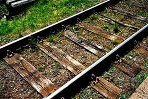 Eisenbahnschwellen aus Eiche - gezeichnet von der Zeit