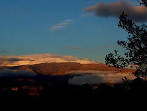 die schneebedeckten Berggipfel glühten im Abendlicht