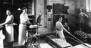Die Brüder Fritz (2. v.l.) und Hermann (in der Grube) Jacke in der Bäckerei Kerstin in Soest, 1912