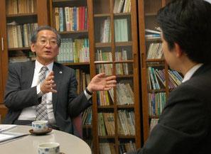 井上清成弁護士(左)と梅村聡氏