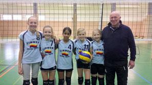Spielerinnen der U13: Louise Harding, Nova Preuß, Sukanta de Boer, Nele Siedler, Marie de Vries und ihr Trainer Kalle