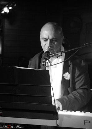 Chris Tapor au chant et au piano © M'Zlle Anna, photographe