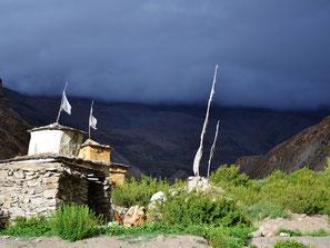 Chörten in Upper Dolpo, dahinter Regenwolken.