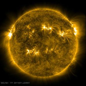 Die Sonne im extrem ultravioletten Licht bei einer Wellenlänge von 17.1 nm. Die bogenförmigen Strukturen entstehen durch einige Millionen Grad heißem Gas, das im Magnetfeld gefangen ist und so die Feldlinien nachzeichnet. Quelle: NASA SDO/AIA
