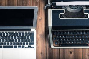 Laptop und Schreibmaschine