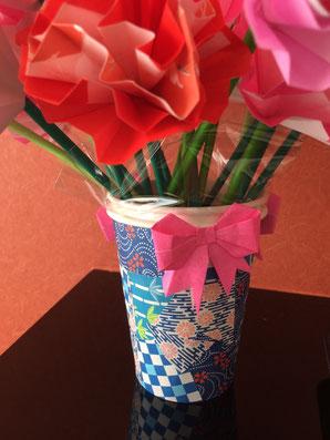 折り紙のカーネーション、紙コップで作った花瓶。春日井市みやこ内科クリニックの受付
