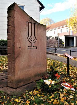Gedenkstein auf dem ehemaligen Synagogenplatz (Foto: Jens Meier, 12. November 2018)